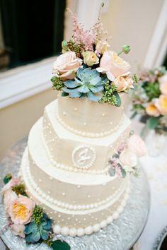 Hochzeitstorte Blumenranke Perlen Zucker