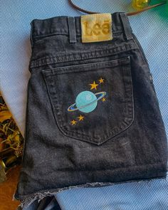 Painted Jeans, Painted Clothes, Embroidered Clothes, Second Hand Clothes, Clothes Crafts, Clothing Hacks, Hippie Style, Custom Clothes, Stylish Outfits