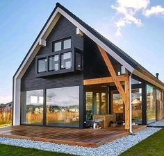 Simple yet gorgeous architecture for this country house with exposed beam and large bay windows. Modern Barn House, Barn House Plans, Cabin Plans, Modern Wooden House, Modern Farmhouse Exterior, Farmhouse Homes, Farmhouse Ideas, Rustic Farmhouse, Tiny House Design