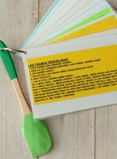 Imprima receitas gostosas, plastifique, fure e prenda com um fecho, junto a qualquer utensílio.