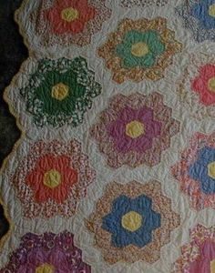 Grandmother's Flower Garden Quilt ~ These hexagon quilts of bright pastel prints… Hexagon Quilt Pattern, Star Quilt Patterns, Hexagon Quilting, Modern Quilt Patterns, Pattern Blocks, Vintage Quilts Patterns, Antique Quilts, Motif Hexagonal, Flower Quilts