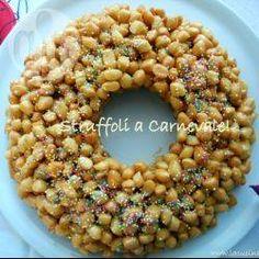 Struffoli (Neapolitanisches Weinachtsgebäck)- Diese traditionellen italienischen Honigbällchen stammen aus Neapel und wind vor allem zu Weihnachten sehr beliebt. In den Abruzzen heißen sie Cicerchiata und werden in der Faschingzeit gegessen. @ de.allrecipes.com