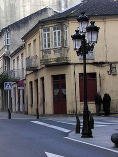 """Cruce dunha calle """"A Estrada 2005 GFDL33"""". A través de Wikipedia - http://gl.wikipedia.org/wiki/Ficheiro:A_Estrada_2005_GFDL33.jpg#/media/File:A_Estrada_2005_GFDL33.jpg licenza de documentación libre de GNU, versión 1.2"""
