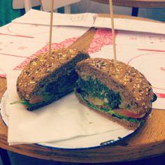 vegan burger at frulez green bar in bari.