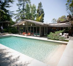 Mid century beauty located in Pasadena, California. The Canon Residence was originally built in 1959 by Buff, Straub & Hensmen as the Thompson Mosley House. Dwell On Design, Home Design, Modern Exterior, Exterior Design, Bungalow, Beam Structure, Moderne Pools, Pool Remodel, Parks