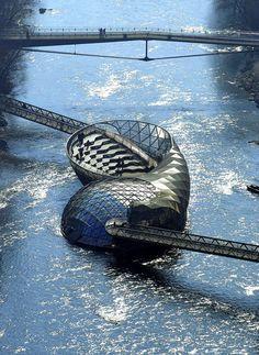 Muschelförmige Theater-Plattform von Vito Acconci auf der Grazer Murinsel aus dem Jahr 2003 (Courtesy Acconci Studio).
