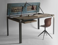 Indoor Blue è completamente fatto a mano e trattato con vernici vegetali Ecos. Aperto è uno studio con tasche di ferro, un contenitore portaoggetti e un grande cassetto scorrevole.