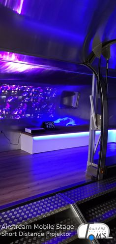 Kurzdistanzprojektion in einer mobilen Airstream Bühne. Airstream, Mobiles, Stage, Concerts, Mobile Phones, Travel Trailers