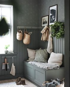 This gourgeous hallway with wallpaper Anton forest green can be found at Boot Room Utility, Color Psychology, Shades Of Green, Mudroom, Entryway, Shabby Chic, Sweet Home, Colours, Living Room