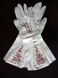 Circa 1840 Parisian Milky White Kidskin Gauntlet Gloves with Silk Embroidered Pink Floral Embellishments. I love these gloves! Historical Costume, Historical Clothing, Victorian Fashion, Vintage Fashion, Victorian Hats, 1930s Fashion, Vintage Couture, Vintage Accessories, Fashion Accessories