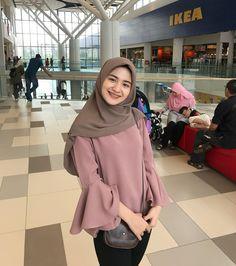 New fstylish and fashionable hijab fashion for teensolder 30 Iranian Women Fashion, Islamic Fashion, Muslim Fashion, Abaya Fashion, Modern Hijab Fashion, Hijab Fashion Inspiration, Modest Fashion, Fashion Outfits, Casual Hijab Outfit