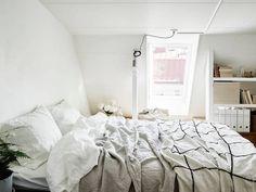 DECO: Luminoso piso con vigas a la vista y una pared de pizarra #deco #decoración #bedroom #dormitorio