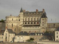 Le château d'Amboise, splendeur royale depuis des siècles offre aux visiteurs un curieux mélange de styles hérité de périodes successives de construction. François 1er y passa sa jeunesse et le corps de Léonard de Vinci repose à la Chapelle Saint-Hubert du château