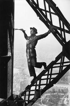 Marc Riboud Peintre de la tour Eiffel, Paris, 1953