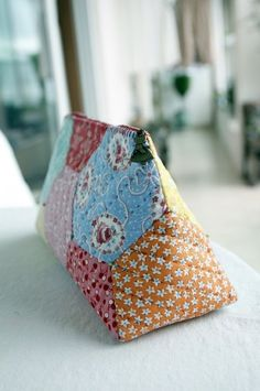 Patchwork Patterns, Patchwork Bags, Sewing Patterns, Fabric Roses Diy, Pouch Tutorial, Hexagon Quilt, Fabric Bags, Pouch Bag, English Paper Piecing