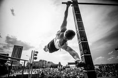 Do you want to start calisthenics? Here are the best workout routines and tips for beginners. Human Flag, Squat, Calisthenics Workout For Beginners, Best Workout Routine, Crossfit Motivation, Body Weight Training, Weight Lifting, Street Workout, Freestyle