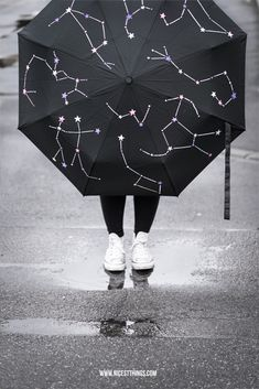 Constellations Umbrella DIY Screen Star Paint Source by yeahhandmade Do It Yourself Upcycling, Diy Upcycling, Umbrella Painting, Diy And Crafts, Arts And Crafts, Diy Mode, Textiles, Constellations, Diy Fashion