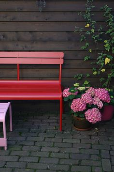 #Terrasse avec banc #Luxembourg #rouge #Coquelicot #Fermob / #outdoor #red #bench