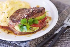 Steak mit Tomaten-Avocado-Koriander-Fülle und cremige Polenta