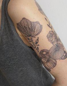 Idée tatouage : des fleurs stylisées