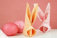An Ostern darf die perfekte Deko natürlich keinesfalls fehlen - wir zeigen Ihnen in dieser einfachen Anleitung, wie Sie einen Servietten-Osterhasen falten.