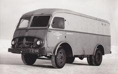 Unikatowe zdjęcie prototypowego samochodu typu furgon, skonstruowanego w Lubelskiej Fabryce Samochodów Ciężarowych w roku 1954. Pojazd powstał w oparciu o podzespoły samochodu ciężarowego Lublin 51 produkowanego w latach 1951-1958.