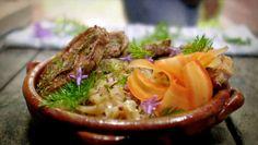 Choucroute på fersk kål med lammekoteletter fra Tareq Taylor. Kan også kalles surkål med røykt sideflesk og lammekoteletter.