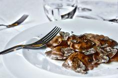 Ravioli di castagne su crema di parmigiano, con tartufo nero pregiato
