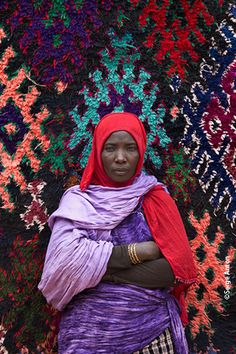 Carpert Art from Morocco Aïcha Salmi, Photo © Serge Anton We Are The World, People Of The World, Anton, Desert Colors, Weaving Textiles, Tapestry Weaving, Le Far West, Portraits, North Africa