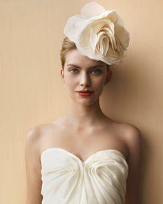 idée de coiffure mariage, chignon, paré d une grosse fleur blanche, comment faire des fleurs en tissu