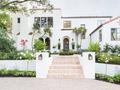 If we ever redo the exterior, I love this color! Amanda Barnes Interiors + Alyssa Rosenheck Photography: A Spanish Revival Home's Neglected Exterior Gets a Modern Makeover Photos Exterior Stairs, Exterior House Colors, Exterior Paint, Exterior Design, Door Design, Exterior Windows, Exterior Homes, Stucco Homes, Craftsman Exterior