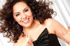 Carmen Monarcha - 1979 - Nascida em uma familia de artistas, seu pai e escritor e sua mae cantora, ainda muito jovem aprendeu a tocar violoncelo e piano, no entanto buscou aperfeicoar sua voz e receber licoes de canto tornando-se cantora  lirica. - Pesquisa Google