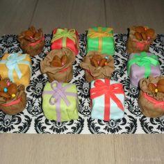 Cadeautjes van sint, om op te eten! Maak biscuitdeeg, snijd in blokjes, besmeer met botercreme en bekleed met fondant.