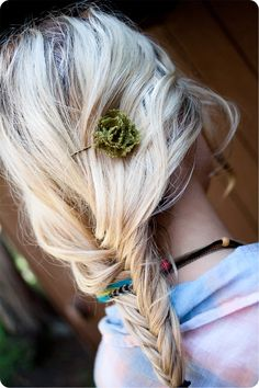 DIY LACE FLOWER HAIR PIN  Easy and very cute. All you need is 7 incles of lace, a needle and thread , a small piece of felt, a glue gun and a bobby pin.