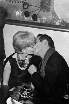 paul newman and joanne woodward smooch. new year's eve, (from life magazine) Harold Lloyd, The Art Of Marriage, Good Marriage, Gordon Parks, Lauren Bacall, Maria Callas, Vivien Leigh, Bruce Willis, Classic Hollywood