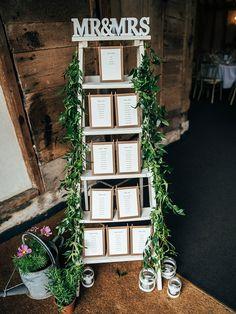 plan de table mariage champetre, echelle decorative en bois, guirlande feuillage vert, bougeoirs en pots de verre décorés de dentelle, arrosoir fleuri