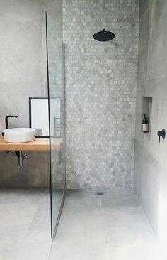 Hexagon tegels, zwevende houten plank als badmeubel en een inloopdouche met hexagon mozaiek tegels. De perfecte mix voor een prachtige scandinavische badkamer. #skypejebadkamer #bathroomfaucets
