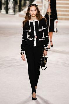 Chanel Pre-Fall 2020 Fashion Show - Vogue Fashion Moda, Fashion Week, Fashion 2020, Runway Fashion, Fashion Outfits, Fashion Trends, Couture Mode, Style Couture, Couture Fashion