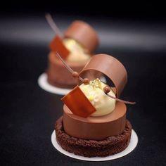 5,865 mentions J'aime, 29 commentaires – Antonio Bachour (@antonio.bachour) sur Instagram : «Jivara milk chocolate namelaka , cocoa crumble , Passion fruit fluff @valrhonausa @pavonitalia…»