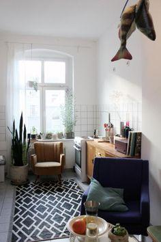 Gemütlich-kreative Kücheneinrichtung mit Sessel, Essbereich, Teppich und Arbeitsplatte aus Holz. #interior #Küche #Einrichtung