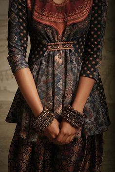 Interessanter Verschluss Indian designer Tarun Tahiliani, front gathering detail