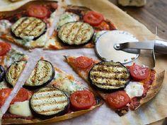 Быстрая пицца с баклажанами   Если так разбираться, то в пицце важны только два компонента: тесто и сыр. Всё! Назовите мне любой ингредиент и я легко отправлю его в пиццу.  А что если и тесто мы сделаем из подручных продуктов?
