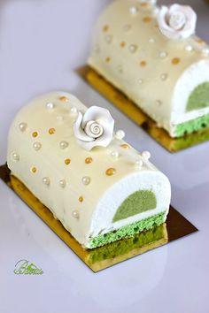 coco Bûche e pistachio Sweet Recipes, Cake Recipes, Dessert Recipes, Xmas Food, Christmas Desserts, Bolo Original, Jelly Roll Cake, Log Cake, Eat Pretty