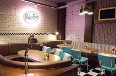 Nos toca hablar de otro de los grandes proyectos que hemos realizado, os vamos a dar a conocer el mobiliario que hemos colocado en alguno de los restaurantes de la conocida cadena Peggy Sue´s. Un mobiliario con aire vintage acorde a la imagen de los locales. Empezaremos por las sillas, el modelo Retro en aluminio