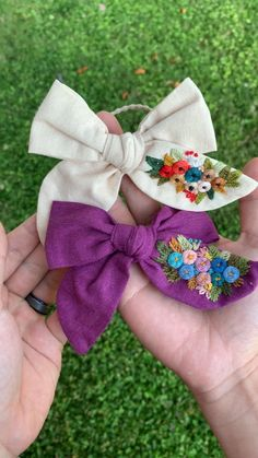 Hand Embroidery Patterns Flowers, Hand Embroidery Videos, Embroidery Flowers Pattern, Hand Embroidery Stitches, Hand Embroidery Designs, Diy Embroidery, Ribbon Embroidery Tutorial, Handmade Hair Bows, Diy Hair Bows