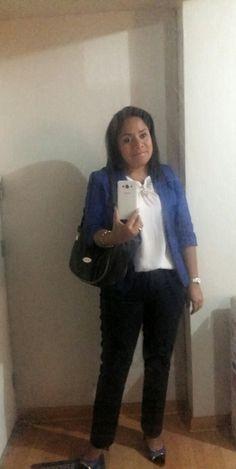 Saco azulino CAMILA VIALE blusa blanca ALMENDRA COLLECTION y pantalon azul marino LUAO.