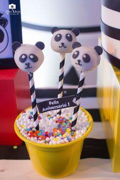 """A procura de uma ideia original e criativa para o próximo aniversário? Esta decoração de festa infantil com o tema """"Urso Panda"""" é a inspiração perfeita. Confira imagens da decoração impecável da Elefante Colorido, empresa de decoração de festas de Porto Alegre."""