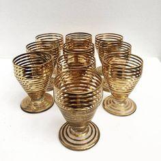 Coupes liqueur Art Déco, set de 5, en cristal fin avec pied, base ronde et motifs ronds concentrique typiques de l'Art déco. Couleur ambre de la boutique VintagechicBruxelles sur Etsy