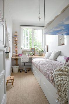 """Det syv kvadratmeter lille soverommet hadde ikke plass, men rommets eier var krystallklar: Her skulle det bli hems! En smal """"overkøye"""" ble bygget over deler av den nesten fire meter lange sengen. For å unngå plasskrevende søyler, ble hemsen hengt opp med et anker i loftsgulvet. Undersiden av hemsen er dekket av en sommerblå himmeltapet fra photowall.no. Klær oppbevares i Ikeaskuffene som går fra ende til annen under sengen. Styling: Tone Kroken."""