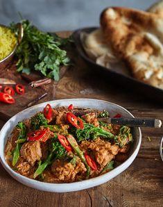 """Rogan Josh er en smaksrik kurryrett fra Kashmir regionen. """"Rogan"""" betyr olje på persisk, mens """"Josh"""" betyr sterkt, varmt, kokende eller lidenskap. Rogan Josh, Curry, Tempeh, Falafel, Superfoods, Mozzarella, Risotto, Ethnic Recipes, Bulgur"""